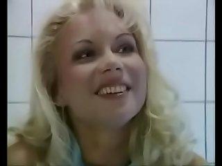 Горячая мамочка отдалась незнакомому парню в общественном туалете