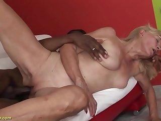 velha bucetuda sendo rasgada pela rola grossa negra