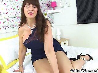 Scottish milf Toni Lace shares her masturbation habits