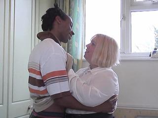 Chubby Older Woman Cheats On Hubby 'cuz This Babe Wish A BBC